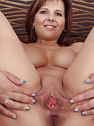Redheaded MILF Marie Jeanne from 30 plus Ladies shaking her round rear