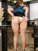 Adult office babe Jessica Zara takes a rest in order to spread her thighs
