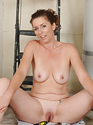 Horny MILF Tammy Sue decides in order to pause work in order to play alongside her vagina