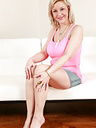 Busty 35 spring past times MILF Brenda shakes this girl breasts and additionally spreads spacious