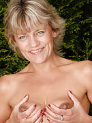 45 yr old blonde housewife Sherry D loving the lady backyard nude
