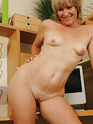 49 12 months old Tina from 30 plus Ladies spreads this girl thighs spacious after work