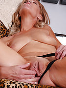 Golden-haired MILF Liz slips away her restricted denim pants and poses