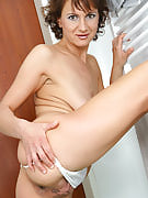 This MILF with her shaven pussy concerts it away inside the laundry area